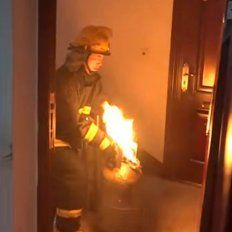 Sin miedo a nada: un bombero cargó una garrafa llamas y evitó una tragedia