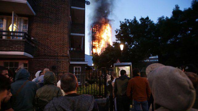Al menos seis muertos y 64 heridos por un incendio en una torre residencial en Londres