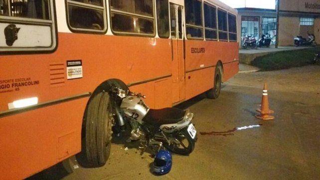 Dos personas fueron hospitalizados tras chocar una moto y un colectivo