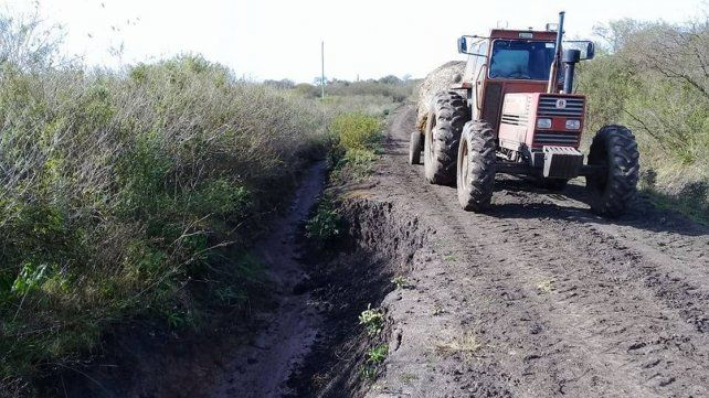 Productores y alumnos deben recorrer a diario caminos rurales en pésimo estado