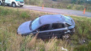 Una mujer está grave tras volcar el auto en el que viajaba