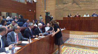 La diputada madrileña de Podemos Mónica García aprovechó el Pleno de la Asamblea para entregar un abanico de papel al consejero.