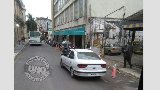 Estacionados en entradas y salida de vehículos y no respetando la distancia respecto al cordón.