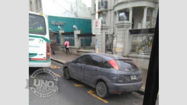 Vehículo estacionado sobre la parada de colectivo