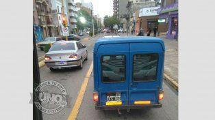 Utilitario haciendo caso omiso a la prohibición de circular por el carril exclusivo para transporte urbano de pasajeros
