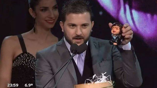 Una broma sobre la grieta: Brancatelli le regaló una Cristinita de la Suerte a Jorge Lanata