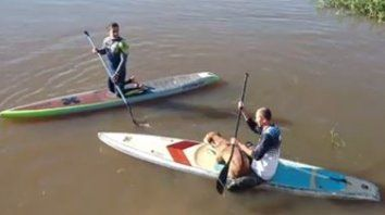 dos riders que entrenaban en sus tablas de sup rescataron a un perro que cayo al rio