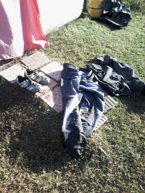 Algo ingenioso. El ladrón se puso la ropa del dueño de casa y dejó la de él.