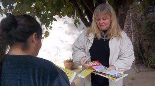 La concejal Pérez repartiendo boletas del Pro.