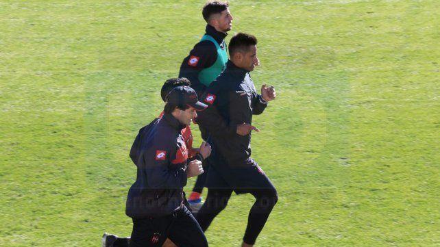 El DT corriendo junto a los jugadores lesionados. Foto UNO Diego Arias