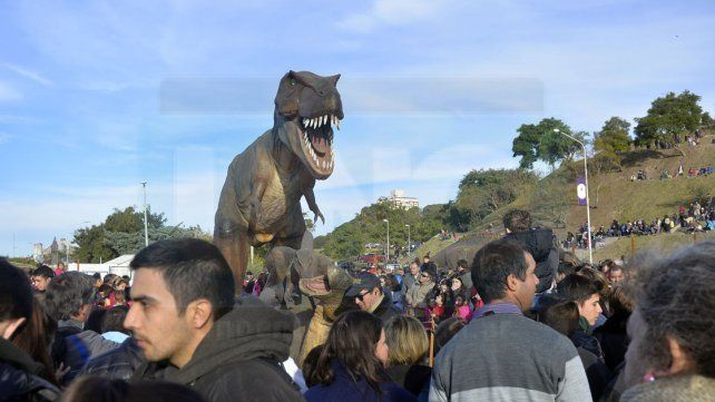 Una multitud eligió el feriado para visitar a los dinosaurios