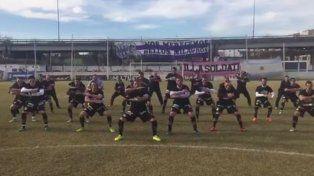 Nueva locura de Sacachispa, hicieron el tradicional saludo de los All Black