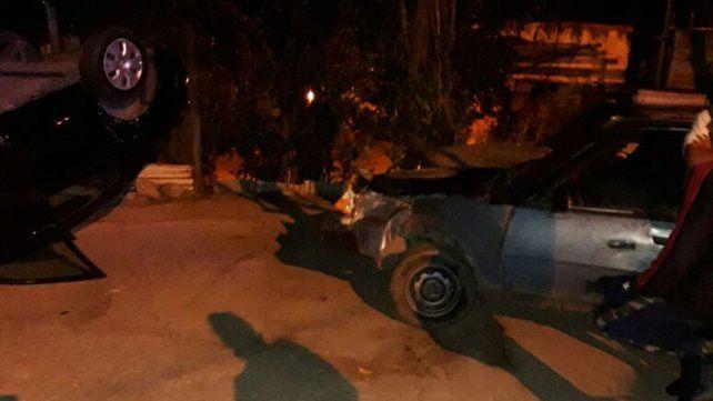 Por la calzada resbaladiza, un auto volcó en el barrio Anacleto Medina