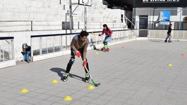 De grandes se calzaron los patines y hoy comparten la afición al hockey con sus hijos