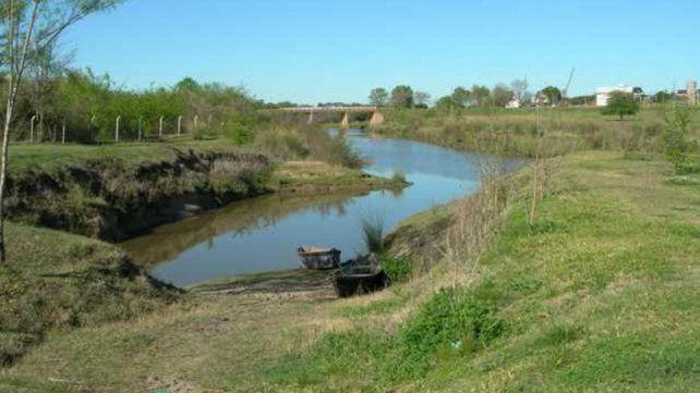 Hallazgo inédito en Colón: Caminaba por un arroyo y encontró restos fósiles