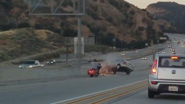 Furia en la autopista: Motociclista patea un auto y causa un desastre