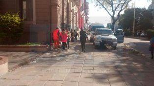 Movimiento. Familiares de los acusados en la puerta del Juzgado.