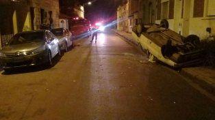 Conductor volcó su automóvil y en la maniobra impactó contra otros dos vehículos