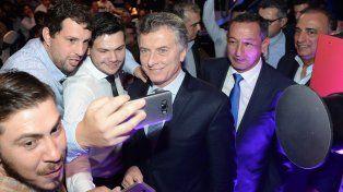 Representantes de La Fraternidad se sacaron una selfie con el presidente de la nación. Foto Télam.