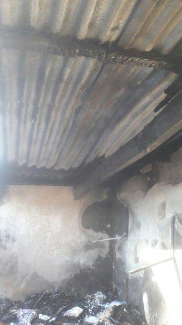 Afectado. El techo sintió el rigor del fuego en calle Cervantes. Foto: Bomberos Zapadores.
