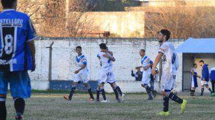 Los jugadores de Sportivo festejan uno de los goles en La Floresta en el éxito ante los de barrio Pirola.