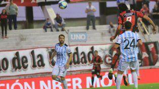 Quiroga también lo buscó por arriba. Foto UNO Diego Arias.
