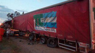 Choque frontal entre un camión y una camioneta en el acceso a Colonia Roca