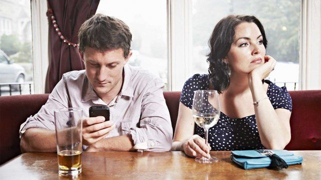 9 formas en las que tu celular está matando tu relación
