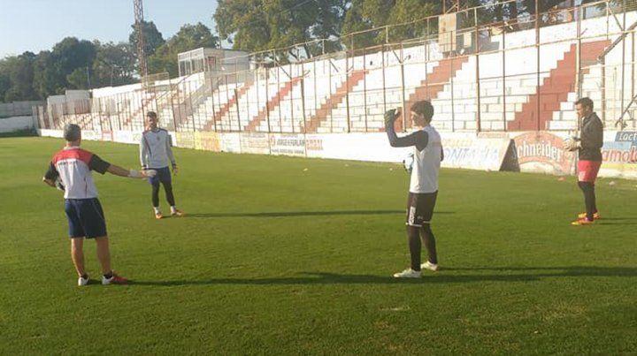 Los arqueros David Correa y Néstor Fernández entrenan con el plantel profesional del Decano