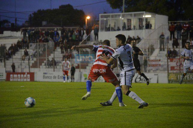 Una postal del partido. Paraná intenta All Boys marca. Foto UNO Mateo Oviedo.