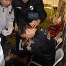 El juez de línea, Martín Bustos, acusó el impacto de un proyectil. Foto UNO Mateo Oviedo.