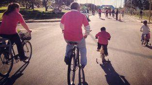 Una familia completa disfrutando de la calle con sus bicicletas.