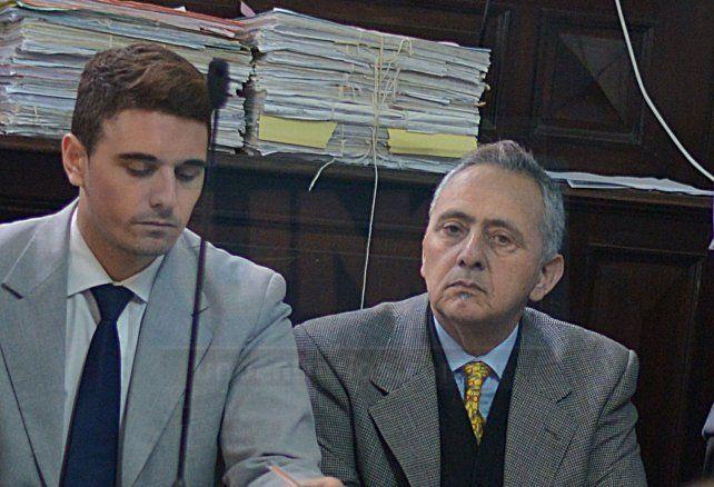 Mazzaferri (de corbata amarilla) junto a uno de sus defensores.