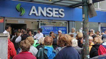 por el paro bancario, anses adelanto el pago a los jubilados y auh