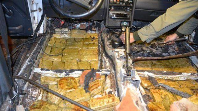 Doble fondo. Los 141 ladrillos de marihuana iban ocultos debajo del piso del Peugeot 504.