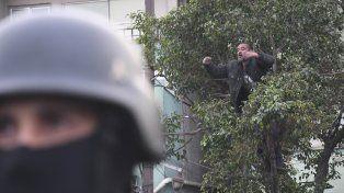 Un vecino se se subió al árbol para reclamar. Foto Télam.