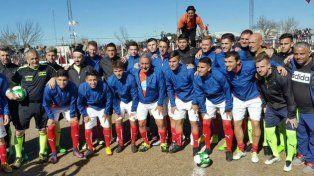 Paulo y los futbolistas cordobeses disfrutando en la cancha del pueblo.