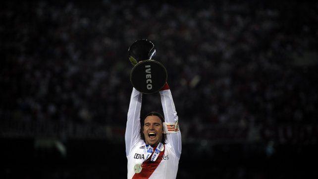 Fernando levantando la Copa Libertadores con la cinta de capitán en el Monumental.