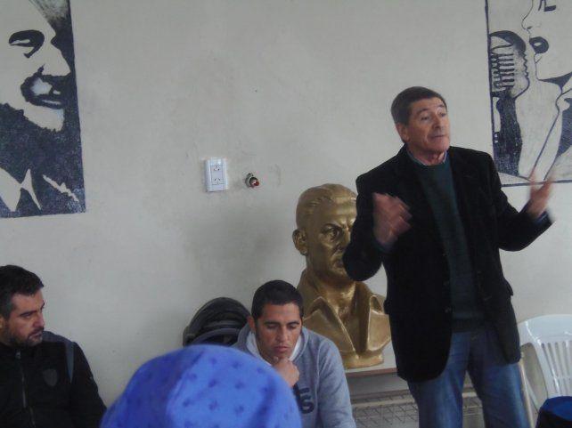 González habla entre los cuadros de Perón y Evita colgados en la pared.