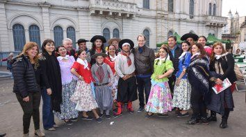 Los integrantes del ballet de danzas tradiciones posaron junto con el gobernador Bordet.