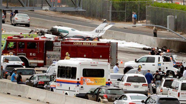 Video: una avioneta cae en una transitada autopista en California