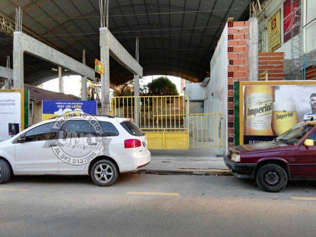 Suran quedó estacionada en el portón del estacionamiento que tiene el cordón pintado de amarillo.