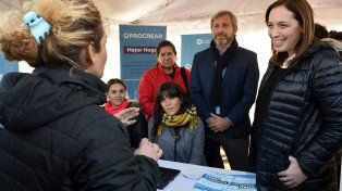 Una vecina habla con la gobernadora de Buenos Aires mientras Frigerio observa la escena.