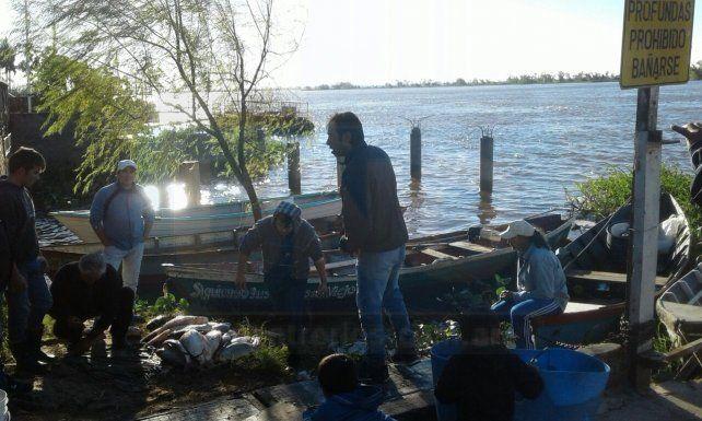 Los pescadores se reunieron a charlar para decidir qué medidas tomar.