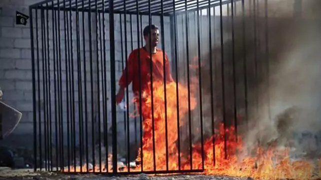 El ISIS enjauló y quemó vivas a 12 personas