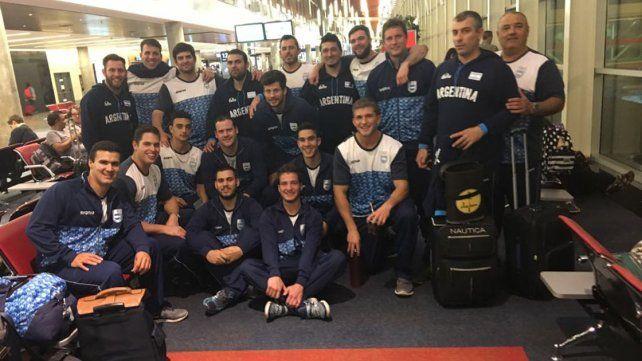 Anoche los jugadores en el aeropuerto de Ezeiza antes de subirse al avión.