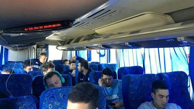 En el colectivo. Los chicos de Paraná partieron ayer muy temprano a Buenos Aires para dirigirse al aeropuerto de Ezeiza.