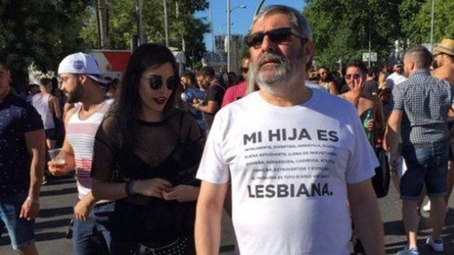 Acompañó a su hija a la marcha del Orgullo y la remera que llevaba puesta se volvió viral