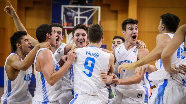 EL FESTEJO. Los chicos argentinos celebraron el segundo triunfo en el Mundial. Hoy jugarán los octavos.