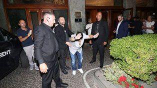 El ex entrenador de la Selección saludó a los simpatizantes que se acercaron al hotel para saludarlo